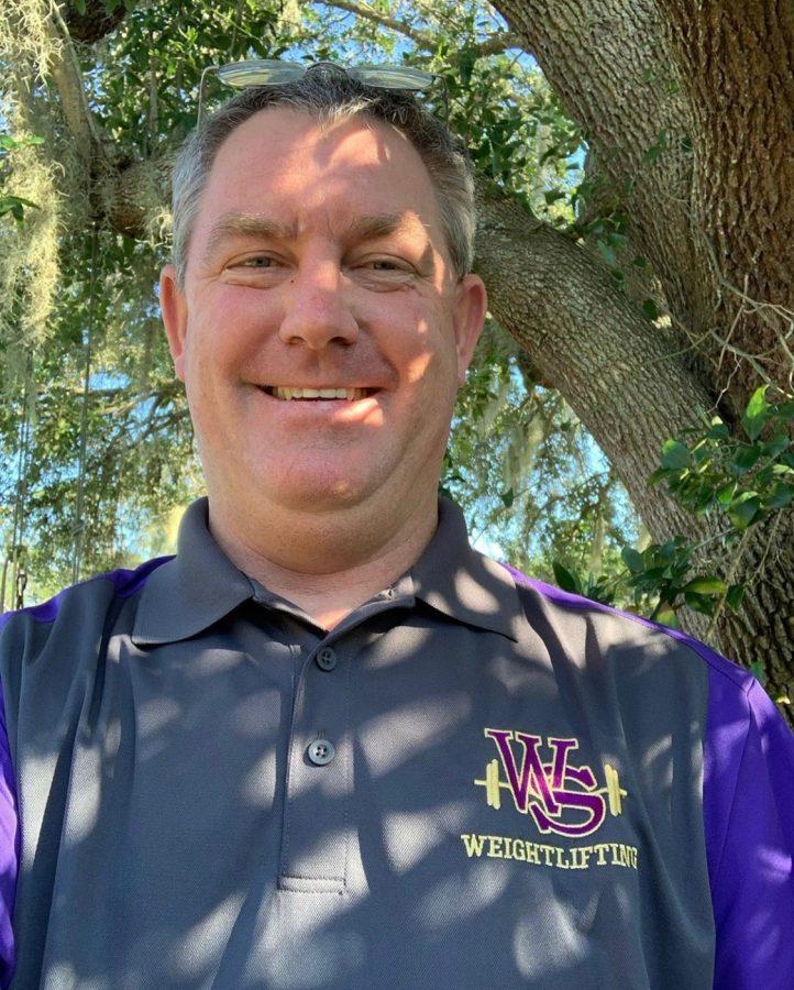 El director Pete Gaffney muestra su apoyo al usar un polo de levantamiento de pesas de WSHS.