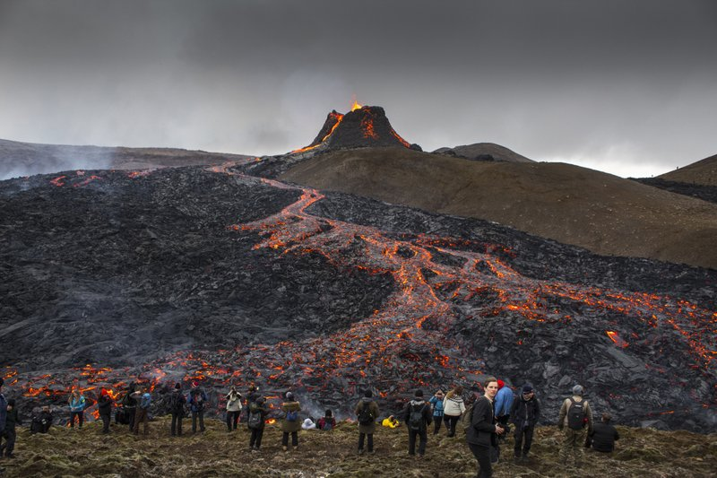 An+Icelandic+eruption+leaves+tourists+and+scientists+eager